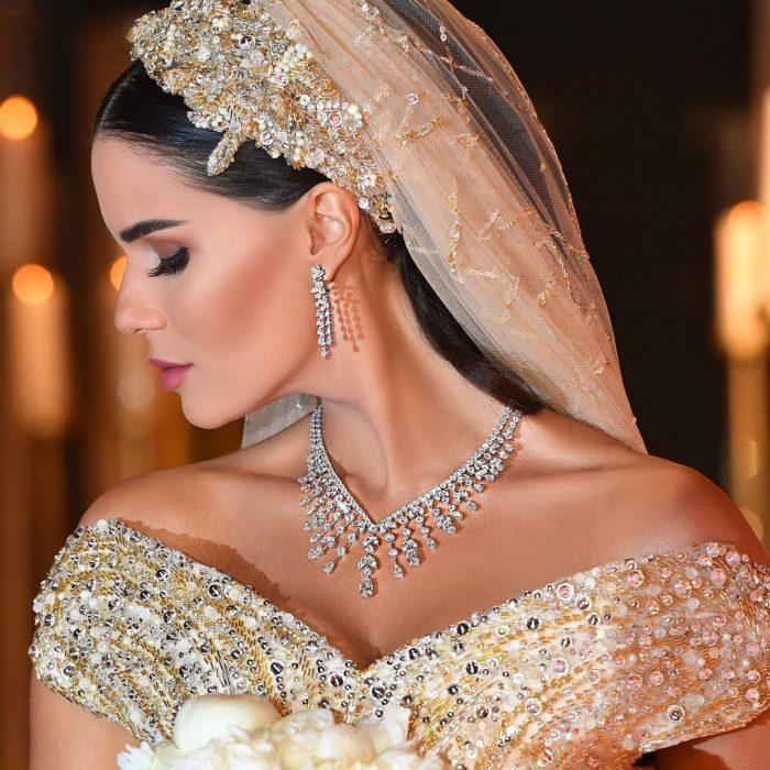 mujer con vestido de novia, velo y ramo