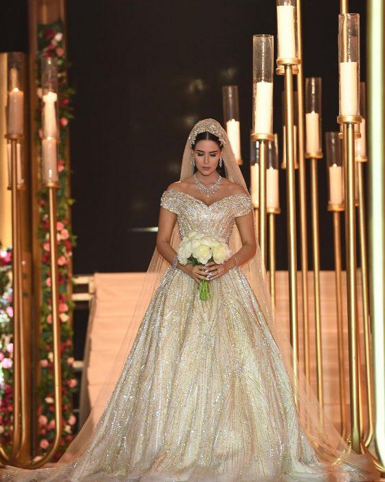 mujer con vestido de novia con ramo y velo