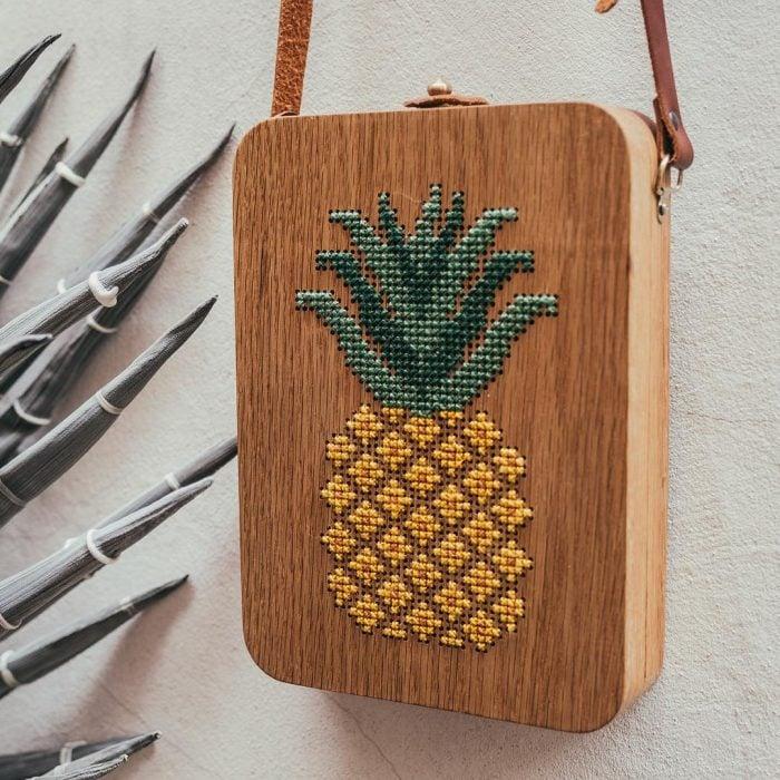 bolso de madera bordado con piña