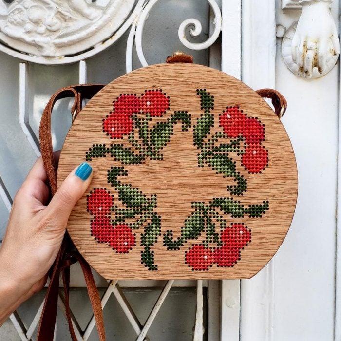 bolso de madera bordado con flores