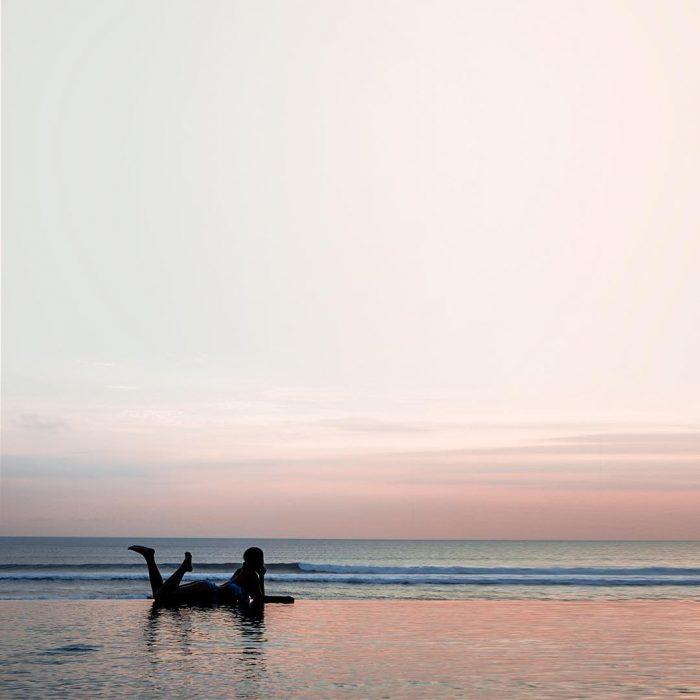 Aileen a la orilla del mar.
