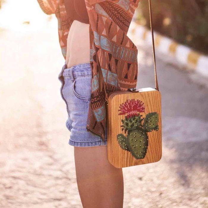 mujer bolso de madera bordado con nopal