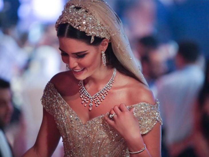 mujer con vestido de novia y velo