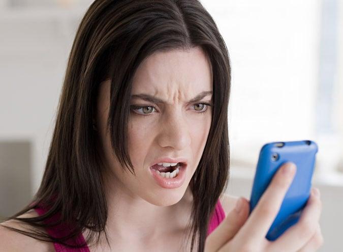 chica molesta viendo el celular