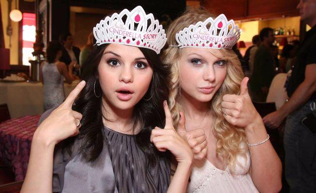 chicas con corona de princesa sonriendo