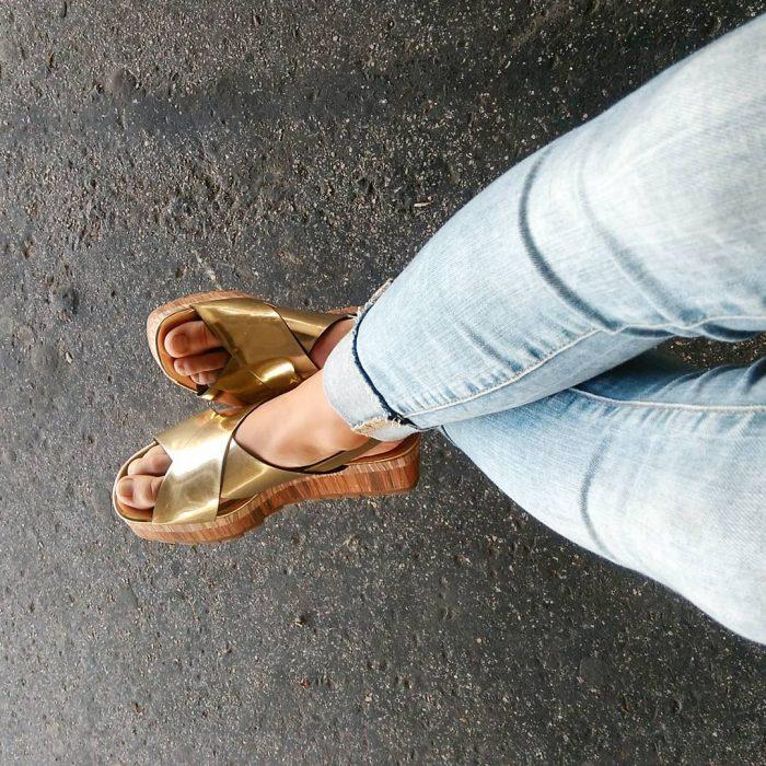 sandalias metálicas doradas