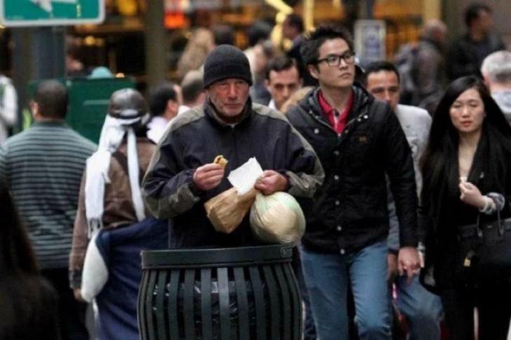 hombre comiendo pizza con bolsas