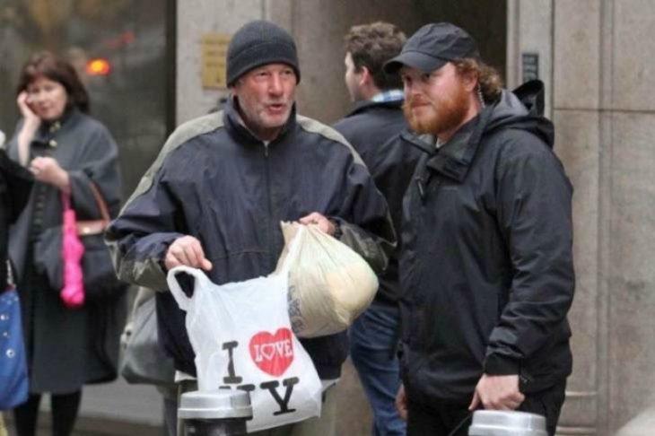 hombre mendigo con bolsa de plástico