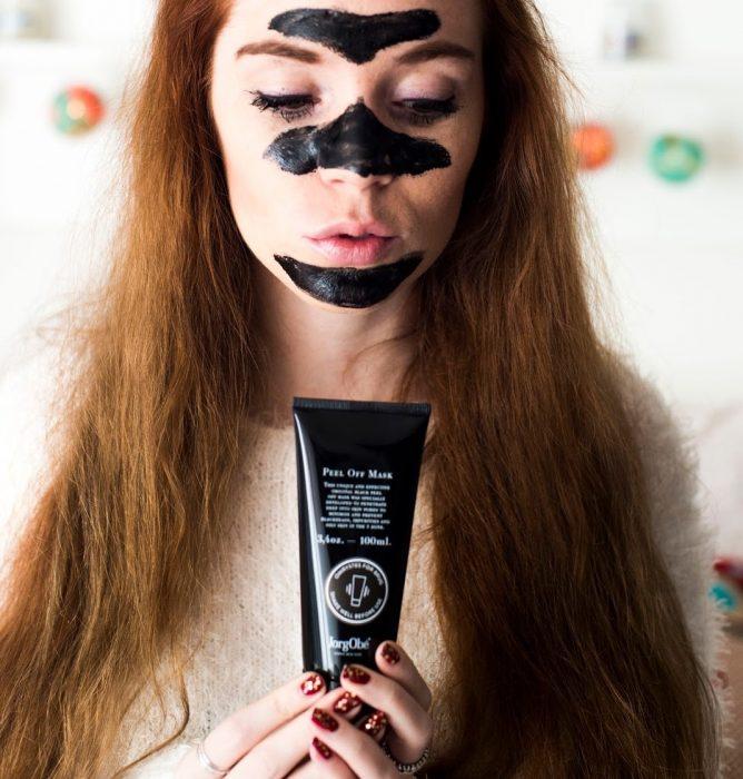 mujer pelirroja con mascarilla negra