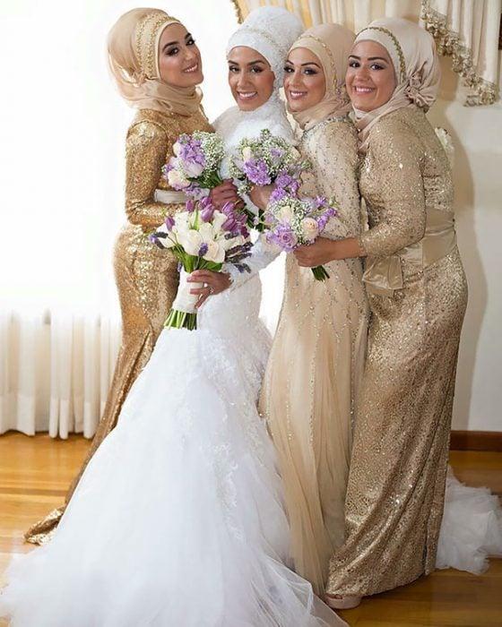 novia y damas con hiyab