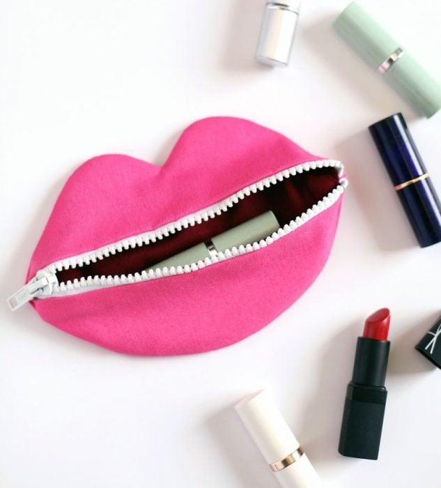 Cosmetiquera en forma de boca rosa