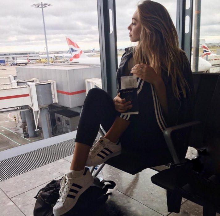 Chica esperando en el aeropuerto