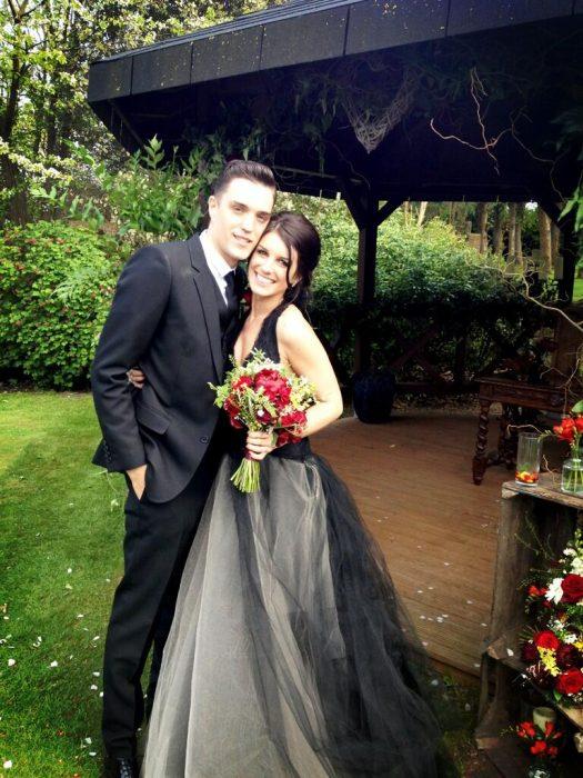 pareja en su boda vestido negro deslavado