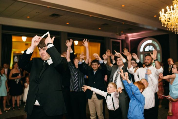hombre avienta la liga a hombres en boda