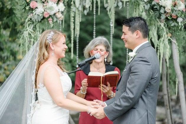 La pareja durante el enlace.