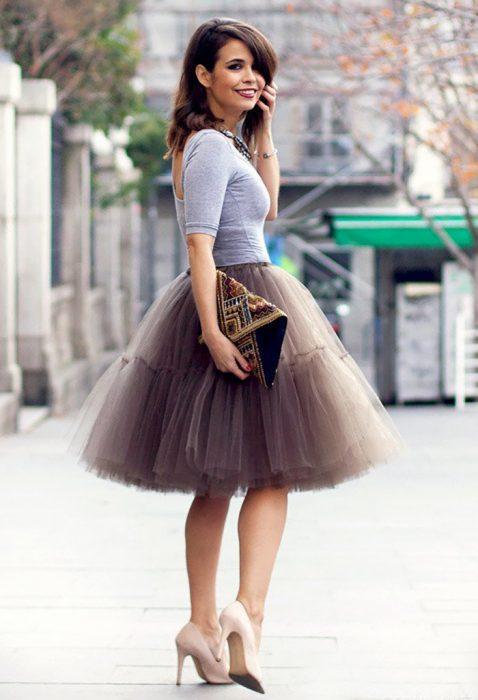 mujer con falda de tull y tacones
