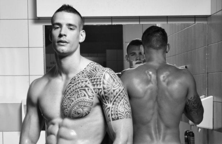hombres sin camisa frente a espejo