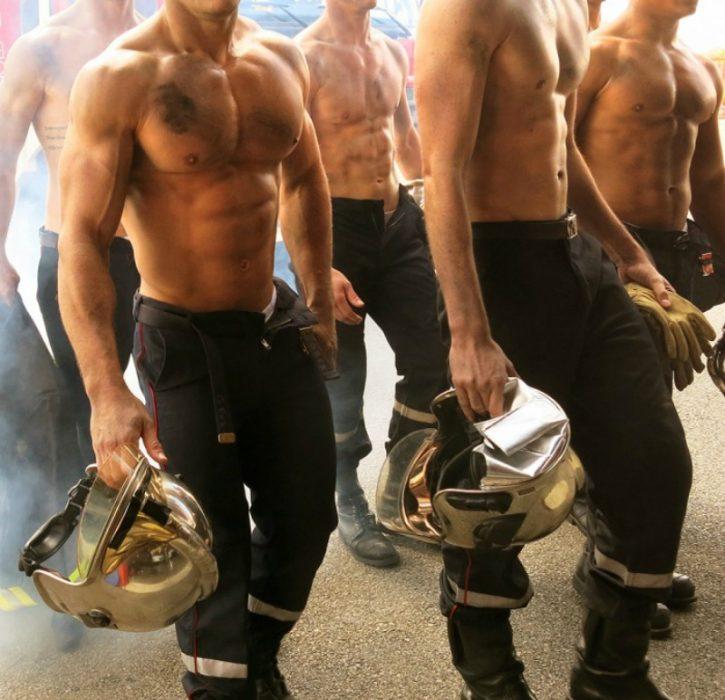 hombres sin playera y cascos de bomberos
