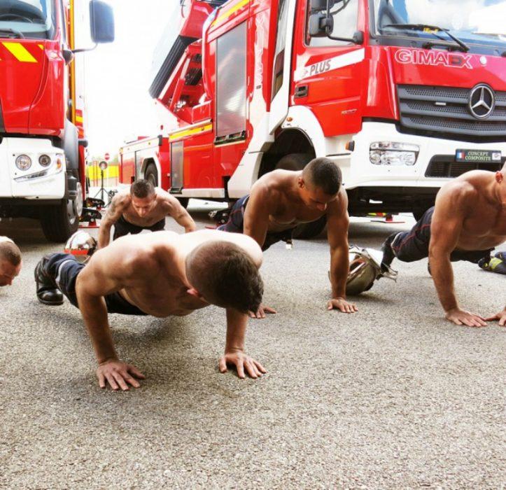 hombres sin playeras haciendo flexiones en el piso