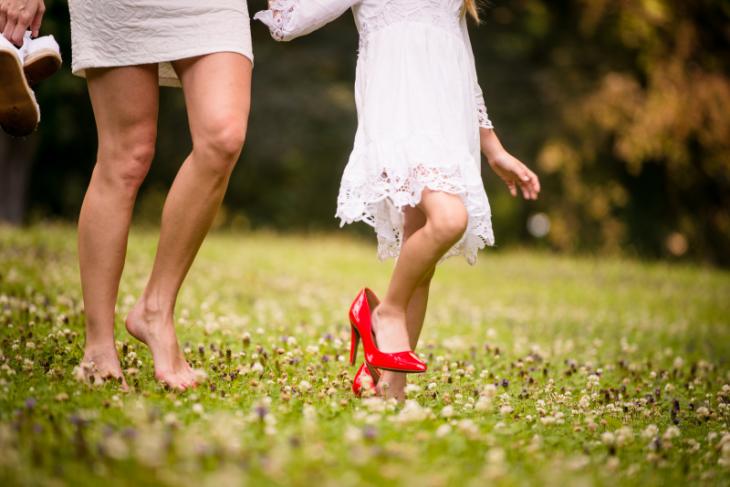 pies de madre e hija con tacones