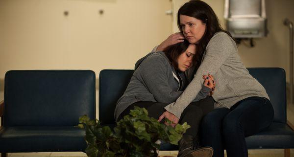 madre e hija abrazándose