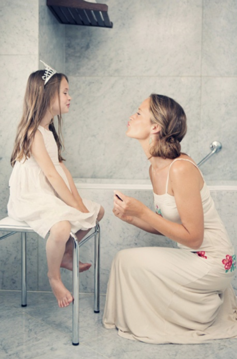 madre e hija en un baño