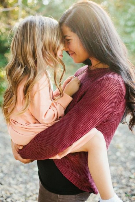 madre con hija en los brazos