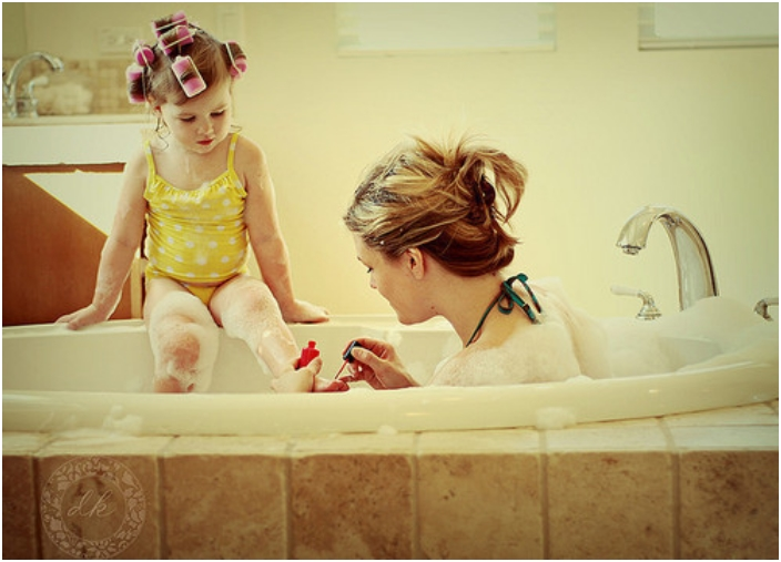 madre e hija pintándose las uñas