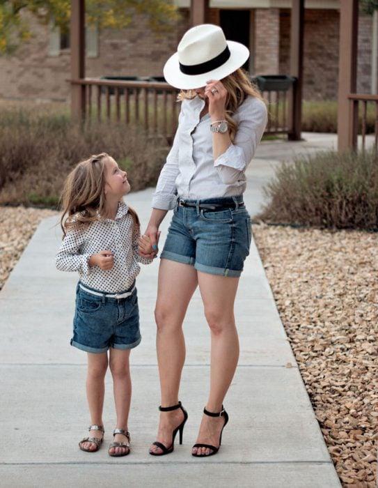 madre e hija caminando