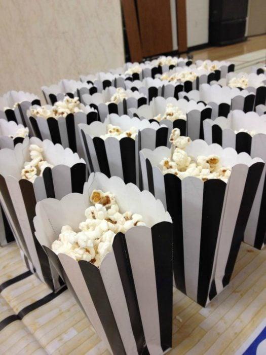 bolsas de palomitas negro y blanco