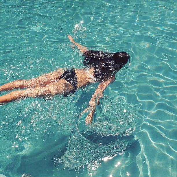 Chica en la piscina.