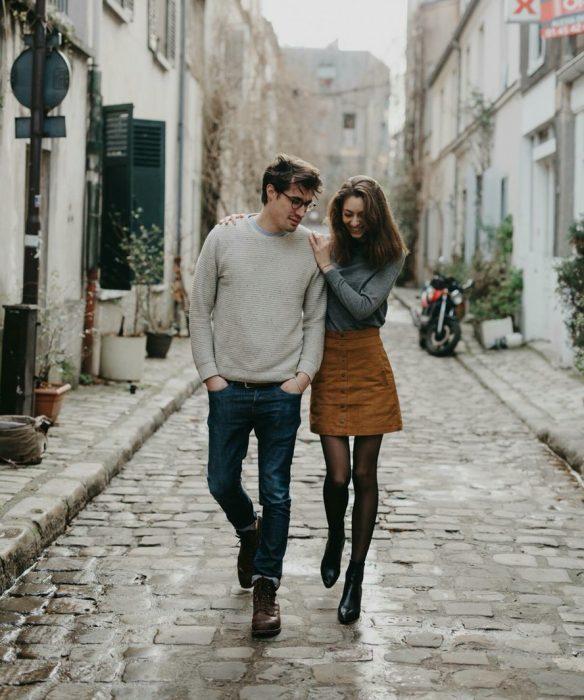 pareja caminando en la calle