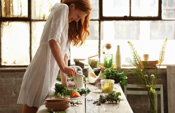 Chica peliroja cocinando