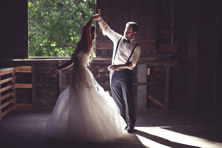 Pareja bailando el vals de boda
