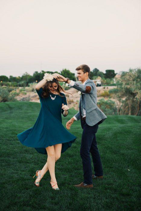 Pareja de novios bailando en el jardín