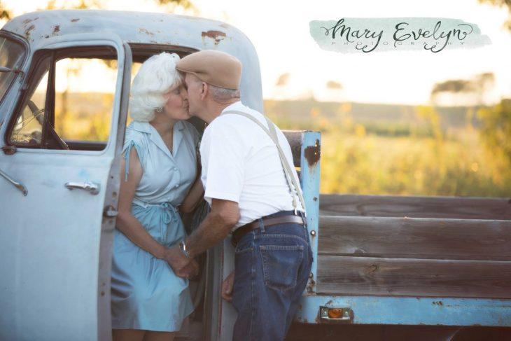 Ancianos enamorando recrean Diario de una pasión y se besan
