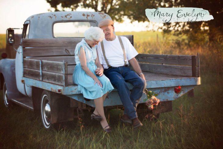 Pareja de ancianos sentados en una camioneta riendo
