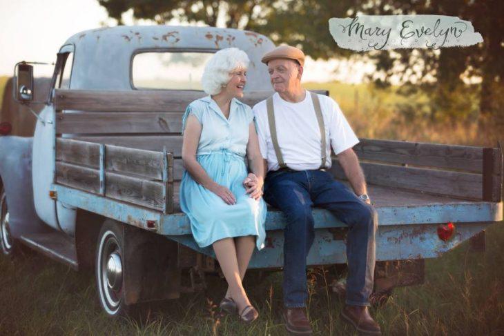 Pareja de ancianos sentados en una camioneta