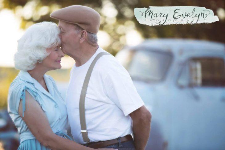 Ancianos recreando Diario de una pasión y besándose en la frente