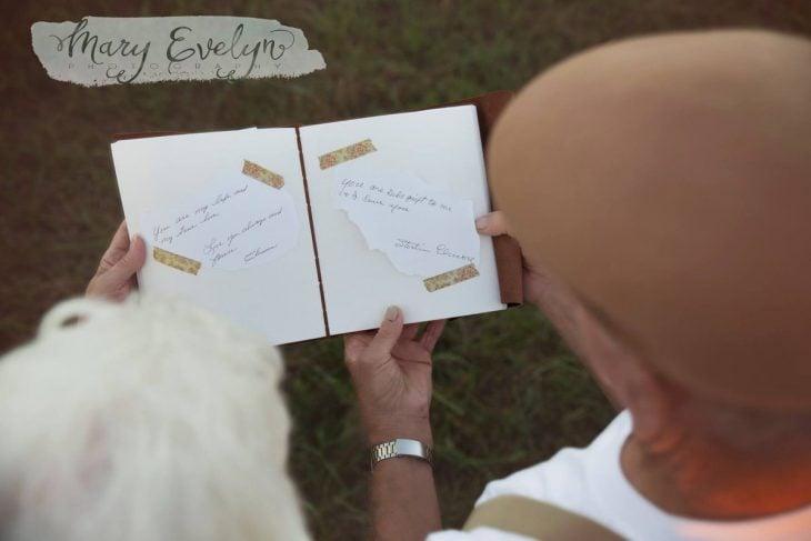 Foto pareja de ancianos enamorados