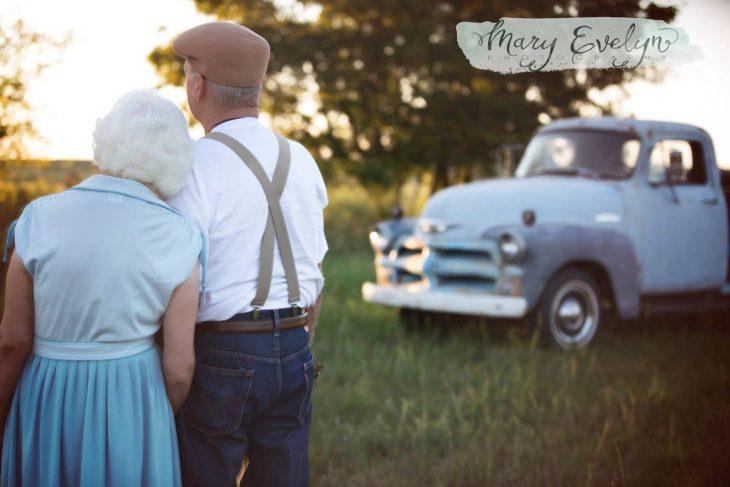 Pareja de ancianos enamorados observando al horizonte