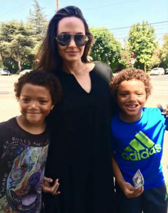 Angelina Jolie y los pequeños vendedores de un oso