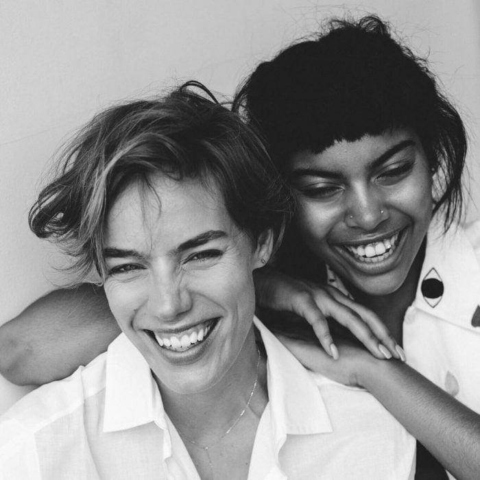 Chicas sonriendo durante la campaña all woman project