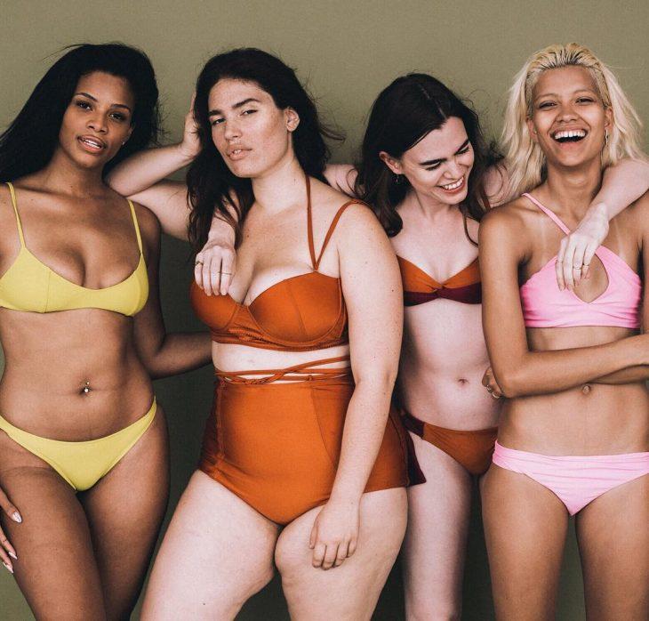 Chicas posando para la sesión de fotos de la campaña all woman project