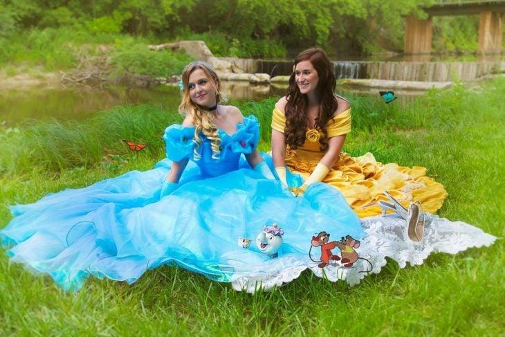 mujeres con vestido de princesas sentadas en el pasto