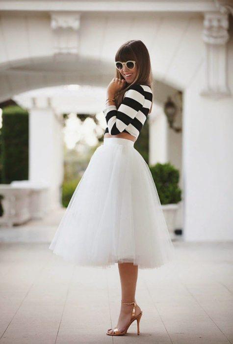 mujer con falda de tull blanca y tacones