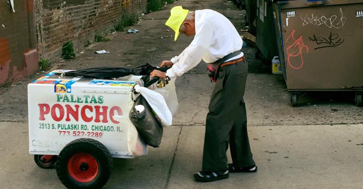 Conmovedora imagen de un hombre vendiendo paletas recibe una donación sorprendente