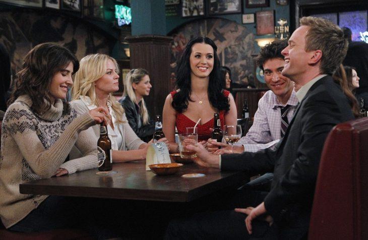 grupo de amigos en un bar