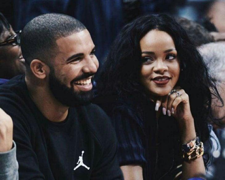 hombre sonriendo y chica lo mira