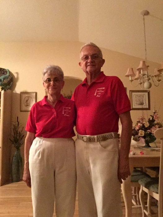 pareja de abuelos con ropa de los mismos colores